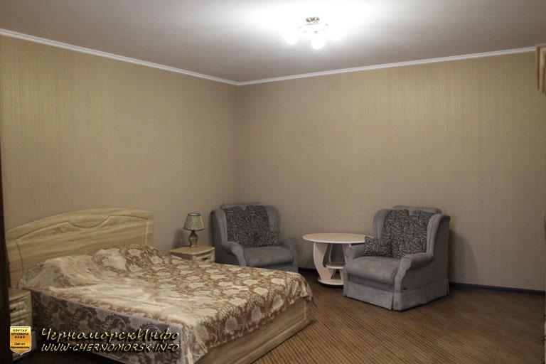 Двуспальная кровать номер люкс и два кресла